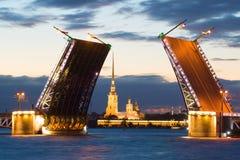 Peter e Paul Cathedral nell'allineamento del ponte diluito del palazzo su una notte bianca St Petersburg, Russia Fotografia Stock
