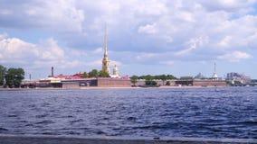 Peter e Paul Fortress contro lo sfondo di un cielo nuvoloso stock footage