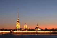 Peter e Paul Fortress de St Petersburg, Rússia nos raios do sol de ajuste foto de stock royalty free