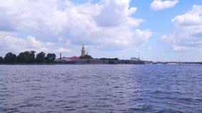 Peter e Paul Fortress sulle banche di Neva River video d archivio