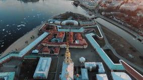 Peter e Paul Fortress, Vasilyevsky Island e o panorama de St Petersburg e de Neva River no por do sol video estoque