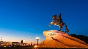 Peter Eerste op het paard dichtbij rivier Neva in heilige-Petersburg Stock Afbeelding