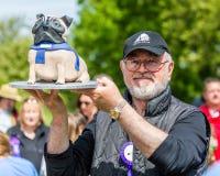 Peter Egan che giudica un dolce dell'esposizione canina sulla brughiera di Hamstead a Londra immagine stock libera da diritti