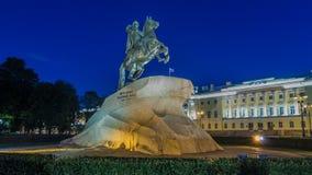 Peter el gran jinete del bronce del monumento en el hyperlapse del timelapse de la noche del cuadrado del senado St Petersburg, R almacen de video