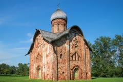 Peter en Paul Church in Kozhevniki-close-up, zonnige middag Veliky Novgorod, Rusland royalty-vrije stock afbeeldingen