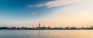 Peter en Paul Fortress in heilige-Petersburg tijdens zonsopgang Stock Foto's