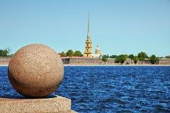 Peter en Paul Fortress. Tegengesteld banken van Neva stock afbeeldingen