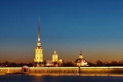 Peter en Paul Fortress van St. Petersburg, Rusland in de stralen van het plaatsen van zon royalty-vrije stock afbeeldingen