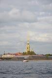 Peter en van Paul vesting, de boot en de rivier Neva onder B Royalty-vrije Stock Afbeelding