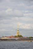 Peter en van Paul vesting, de boot en de rivier Neva onder B Stock Afbeeldingen
