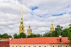 Peter en van Paul vesting, de koepels van Peter en van Paul kathedraal en het dak van het Ingenerny-Techniekhuis Stock Afbeeldingen