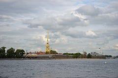 Peter en van Paul vesting en de Neva-rivier onder mooi g Royalty-vrije Stock Afbeeldingen