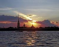 Peter i Paul forteca na Neva rzece przy zmierzchem podczas białych nocy w St Petersburg, Rosja Obrazy Stock