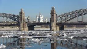 Peter il grandi ponte e cattedrale di Smolny durante la molla ghiaccia la deriva St Petersburg video d archivio