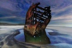 Peter Iredale Shipwreck Under Starry natthimmel längs den Oregon kusten Royaltyfri Foto
