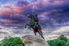 Peter Ithe Great-Monument gegen stürmischen Himmel St Petersburg, Russland lizenzfreies stockbild