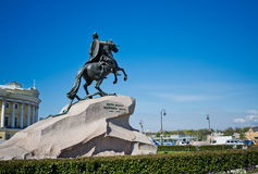 Peter mim monumento de encontro ao céu azul St Petersburg Imagem de Stock