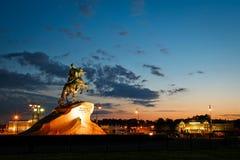 Peter o primeiro no cavalo perto do rio Neva em St Petersburg fotografia de stock royalty free