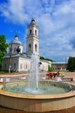 Peter och Paul Cathedral och Lenin kvadrerar i Tarusa, den Kaluga regionen, Ryssland Royaltyfri Bild