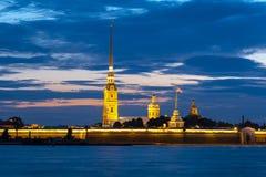Peter och Paul fästning på natten, St Petersburg, Ryssland arkivbild