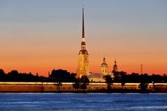 Peter och Paul fästning på solnedgången under de vita nätterna i St Petersburg Royaltyfria Bilder