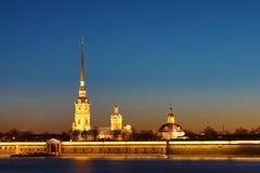 Peter och Paul Fortress av St Petersburg, Ryssland i strålarna av inställningssolen royaltyfria bilder