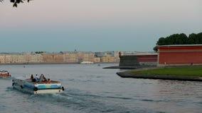 Peter och Paul Fortress, den Zajachij ön, turistfartyg korsar floden Neva stock video