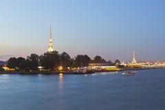 Peter och Paul Fortress sommarnatt i St Petersburg arkivfoto