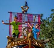 Peter Pan et Wendy dans le défilé au royaume magique, Walt Disney World Photos stock