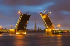 Γέφυρα παλατιών με το Peter και το φρούριο του Paul - Αγία Πετρούπολη Στοκ φωτογραφίες με δικαίωμα ελεύθερης χρήσης