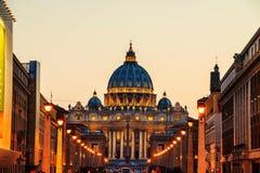 peter rome s för springbrunn för stad för bakgrundsbasilicabernini fyrkantig st vatican Upplyst St Peters Basilica Royaltyfri Bild