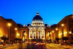 peter rome s för springbrunn för stad för bakgrundsbasilicabernini fyrkantig st vatican Upplyst St Peters Basilica Royaltyfri Foto