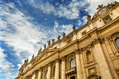 Peter ` s van voorgevelheiligen Basiliekstandbeelden Vatikaan Rome Italië Royalty-vrije Stock Foto