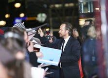 Peter Sarsgaard donne des autographes assiste au ` le ` de apparence vague de tour Photos stock