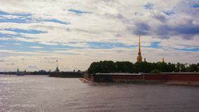 Peter- und Paul-Festungspanoramablick St Petersburg, Russland Schiffe auf Neva-Fluss stock footage