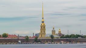 Peter und Paul Fortress über dem Neva-Fluss timelapse hyperlapse, St Petersburg, Russland stock footage