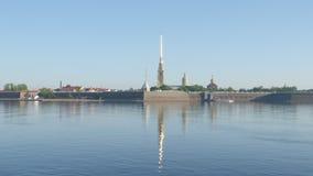 Peter und Paul Fortress und der Neva-Fluss am fr?hen Morgen - St Petersburg, Russland stock video footage