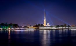 Peter und Paul Fortress mit Nachtlichtern Lizenzfreies Stockbild