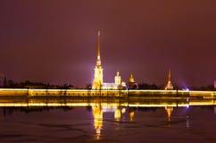 Peter und Paul Fortress nachts im wolkigen Wetter in St Petersburg Lizenzfreies Stockfoto