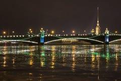 Peter und Paul Fortress und Dreiheits-Brücke Stockbild