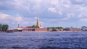 Peter und Paul Fortress vor dem hintergrund der Wolken stock video footage