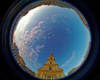 Peter- und Paul-Kathedrale iin Peter und Paul Fortress Türspionslinse, die eine Kreissuperweitwinkelansicht schafft lizenzfreies stockbild
