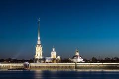 Peter y Paul Fortress de St Petersburg, Rusia en los rayos del sol poniente imagen de archivo