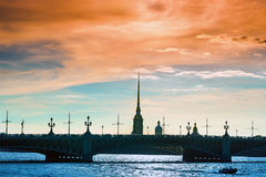Peter y Paul Fortress a través del puente de Troitsky fotografía de archivo libre de regalías