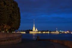 Peter y Paul Fortress a través del río de Neva por la tarde fotos de archivo libres de regalías