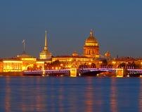 Peterburg nella notte bianca fotografie stock libere da diritti