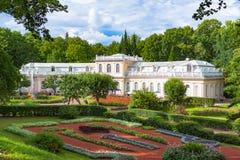 PETERGOF,俄罗斯盛大小瀑布在Pertergof或Peterhof,叫作Petrodvorets从1944年到1997年 包括的Peterhof宫殿  免版税库存图片