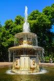 PETERGOF,俄罗斯- 2017年7月12日:在Pertergof或Peterhof的喷泉,叫作Petrodvorets从1944年到1997年 免版税图库摄影