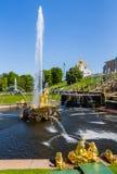 PETERGOF, РОССИЯ, МАЙ 2016: Дворец Peterhof и грандиозный каскад фонтанов Стоковая Фотография RF