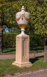 Petergof Rosja, Czerwiec, - 5, 2017: Dekoracyjna waza - dekoracja Marlin aleja Zdjęcie Stock